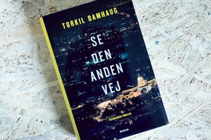 Boganmeldelse - Se den anden vej af Torkil Damhaug