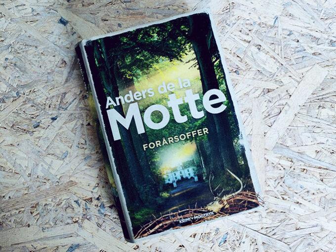 Anmeldelse af Forårsoffer af Anders de la Motte